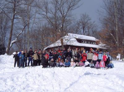 """""""Lumesära"""" laagri rahvas Kotkajärvel peamaja ees peale pidulikku laagri avamist. Laagrist võttis osa ligi 100 Toronto gaidliku ja skautliku pere     liiget, k.a. hellakesed, hundud, gaidid, skaudid, juhid, emad ja isad.     Foto: T. Kütti - pics/2007/15460_7_t.jpg"""