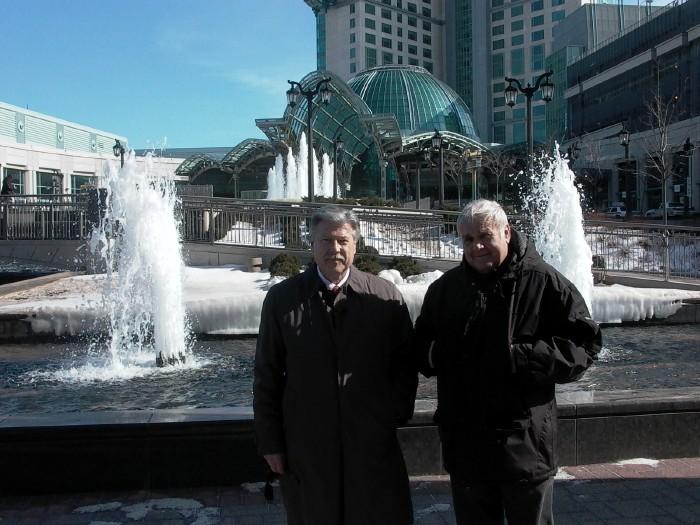 Niagaral ühe maailma suurima kasiino ees, mille on ehitanud arhitekt Tõnu Altosaar ja tema kõrval  Mati Talvik  - pics/2007/15550_6.jpg