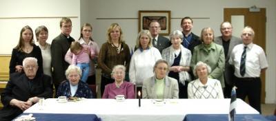 Eesti Vabariigi 89. aastapäeval osalenud Londoni eestlased koos õp. Marek Rootsi (tagareas vas. kolmas) ja tema perega. - pics/2007/15567_1_t.jpg