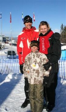 Len Väljas kuldmedaliga pärast võistlust koos oma ema Marianne ja väikevenna Austiniga.   Foto: perekonnaarhiivist. - pics/2007/15721_2.jpg