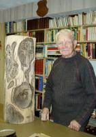 Kunstniku koostöö loodusega: selle puujoonise puhul tegi Abel Lee sõnul enamuse tööst loodus, tema joonistas näod. Foto: K. Tensuda - pics/2007/15939_3_t.jpg