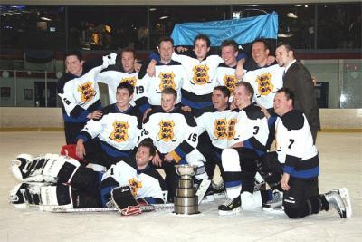 Võidukas Toronto eesti jäähokimeeskond karikaga. Foto: Kristina Garbaliauskas - pics/2007/15986_1_t.jpg