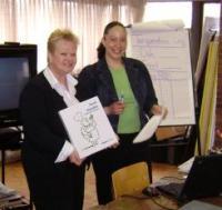 Pildil kursuse korraldaja Katrin Otsa (vas) ja Toronto Public Health osakonna instruktor Marie Sparrock. Foto: T. Kütti            - pics/2007/16245_1_t.jpg