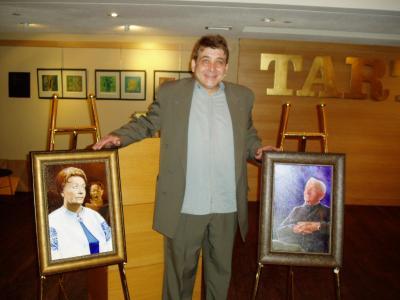 Kunstnik Joseph Milczarski ja tema maalitud kahe eesti kultuuri suurkuju  portreed: Helmi Betlem ja Abel Lee. Foto: K. Tensuda - pics/2007/16246_2.jpg