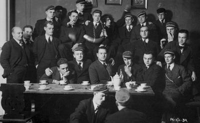 Georg Koort (keskel ilma mütsita) Vironia korporatsioonikaaslastega   1934.a. Tartus.  - pics/2007/16326_2_t.jpg