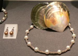 Pilkupüüdvad imekaunid pärlitest ehted. Foto: A. Siebert - pics/2007/16371_3_t.jpg