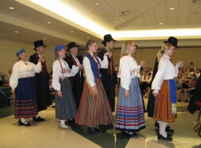 """Esineb Washingtoni eesti rahvatantsurühm """"Pillerkaar"""". Foto: Anu Oinas - pics/2007/16375_2_t.jpg"""