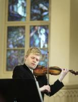 Esineb soome viiuldaja Pekka Kuusisto.  Foto: internetist - pics/2007/16422_1_t.jpg