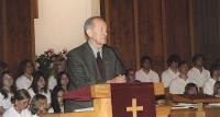 Kauaaegne koolijuht Edgar Marten tervitas kogudust aastapäeva puhul.  Foto: I. Lillevars  - pics/2007/16706_1_t.jpg