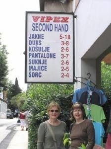 Maaja Matsoo ja Helle Arro Hercog Novi linnas kasutataud rõivaste äri ees.  Foto: erakogust - pics/2007/16823_1_t.jpg