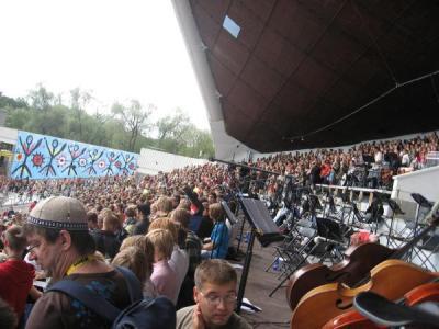Ka meie eesti kooli noored olid osa sellest suurest, rõkkavast perest, kes pildistamise hetkel oli kogunenud laulukaare alla peaproovile.      Foto: Nick Forma        - pics/2007/16840_6_t.jpg