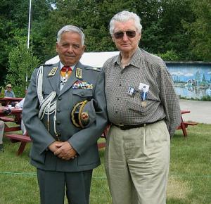 Vanad sõbrad kohtuvad - kolonel Matti Lukkari Helsingist ja kaptenmajor Paavo Loosberg Torontost. - pics/2007/16895_1_t.jpg