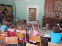 Väikesed tüdrukud käsitööd tegemas. - pics/2007/16896_1_t.jpg