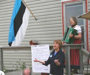 "Eva Eichenbaum Barnes exhorts the Kingstonian Estonians to sing ""Viljandi paadimees"" along with her, with Ülle Baum providing accompaniment on the accordion.  Photo: Peeter Bush - pics/2007/17031_1_t.jpg"