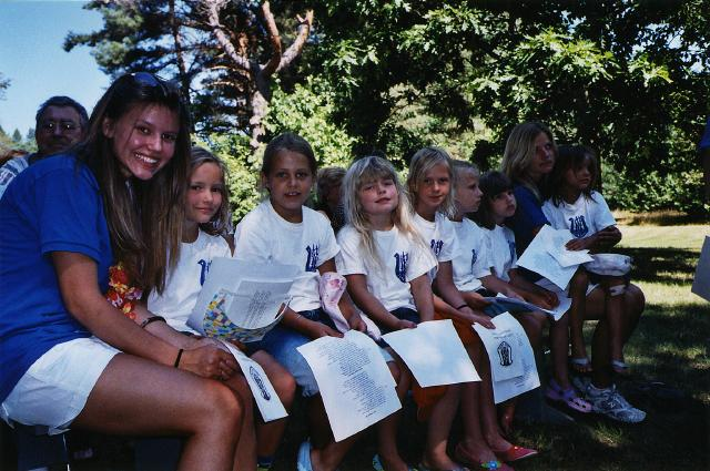 Väikesed tüdrukud Seliina, Kariina, Sylvi, Katrissa, Irene, Natalie ja Tia oma kasvatajate Miriami ja Silviga Jõekääru vabaõhu-jumalateenistusel.         - pics/2007/17107_6.jpg