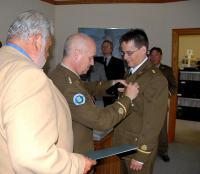 Raudristi kinnitab nooremleitnant Markus Alliksaare rinda kapten Ülo Isberg. - pics/2007/17218_2_t.jpg