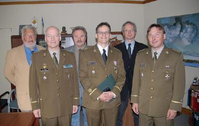 EV aupeakonsul Kanadas Laas Leivat, kapten Ülo Isberg, EKNi esimees Avo Kittask, nooremleitnant Markus Alliksaar, Lembitu Ristsoo, nooremleitnant Peeter Leppik - pics/2007/17218_3_t.jpg