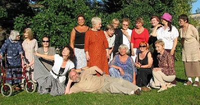 Ühispilt Käärikul. Seda täiendavad seltskonna rõõmuks külalistega liitunud Anu Raua ema, tunnustatud ingliskeelse kirjanduse vahendaja Valda Raud (vasakul) ja vaibumatu energiaga Aate-Heli Õun (paremal).  Foto: Tiina Sarv - pics/2007/17227_1_t.jpg