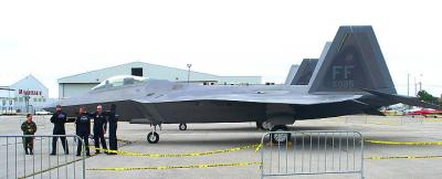The US Air Force F-22A was well guarded at the CNE's Air Show Media Day    Photo: Adu Raudkivi - pics/2007/17424_1_t.jpg