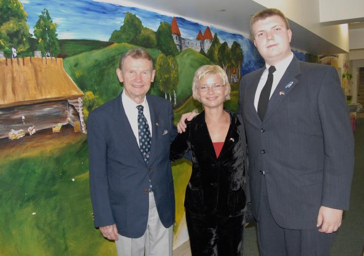 Anu Tali oma vanaonu Aarne Kallasmaa ja tema tütrepoja Mihkliga - pics/2007/17434_20.jpg