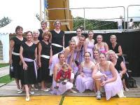 * Calgary NorGlen rühma koosseis, milles leidub 5 ema-tütre paari.  Taga keskel tumedate prillidega naisrühma juht Helgi Leesment.  Foto: Lindsay Oliver.   - pics/2007/17440_1_t.jpg