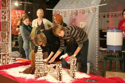 On the day of the show's opening, the view from the street into the piparkoogi töökoda (gingerbread workshop) on Pärnu maantee, was more exciting than peering into any department store Christmas window. Photo: Riina Kindlam - pics/2008/01/18597_4_t.jpg