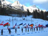 Canmore'i MK etapil osalejnud võistlejate riikide lipud, ka Eesti lipp lehvis Kaljumägede taustal.     Foto: Pärja Tiislar - pics/2008/02/18895_2_t.jpg
