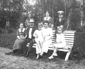 Jaan Poska koos perekonnaga.  Foto: Eesti Ajalooarhiivist       - pics/2008/02/18984_1_t.jpg