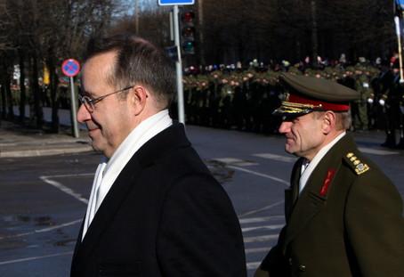 President Ilves ja kaitseväe juhataja Ants Laaneots tänasel paraadil  Foto: Raigo Pajula - pics/2008/02/19123_1.jpg