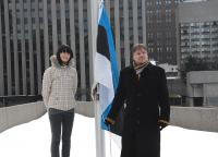Lipu heiskasid laulja Anna Põldvee ja muusik Toomas Rull Eestist - pics/2008/02/19124_5_t.jpg