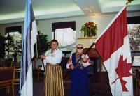 Ester Mandra Eesti sini-must-valgega ja Oldi Põder Kanada lipuga.  Foto: L. Püssa - pics/2008/02/19161_2_t.jpg
