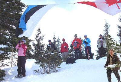 Osa seltskonnast mäeharjal hümni laulmas pasuna saatel lehvivate lippude all, vaatega üle Humberi oru. Pasunal Urve Manuel.  - pics/2008/02/19178_1_t.jpg