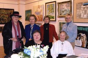 EKKT kunstinäitusel: esireas Mai Järve ja Aino Raun, taga Hilda Truupere, Valve Jaamul, Olja Müller ja Elva Palo. Foto: Eda Sepp         - pics/2008/03/19264_1_t.jpg