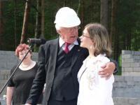 Jällenägemisrõõm Haapsalus: Saksa suurannetaja, endine populaarne telemees Dieter Thomas Heck koos Marielle Kõrvitsaga, kes oli esimene dr. Haberli poolt opereeritud laps. Foto: Werner Siebert - pics/2008/03/19325_2_t.jpg