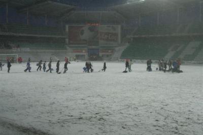 Ja siis vaheaja saabudes, nagu zambonid hokijääle, tulid lumekühveldajad väljakule. - pics/2008/03/19442_32_t.jpg