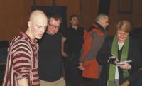 Eksperimentaalne tantsuetendus Karlsruhes: esiplaanil (vas.) Kristjan Janssen ja kuraator Priit Raud  Fotod: Werner Siebert - pics/2008/04/19611_2_t.jpg
