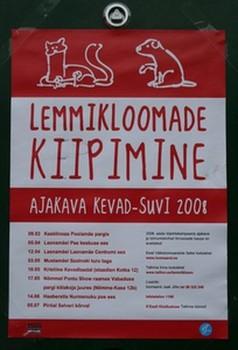 Sellised plakateid võib praegu näha Tallinna parkides ja eriti koertejalutusparkide läheduses, kus on eraldi piiratud alad koerte jooksutamiseks omaniku valve all. Plakatil on kirjas ajad ja kohad, kus kevad-suvisel hooajal on kerge lasta looma-arstil süstida lemmiklooma naha alla kiip, mis tema kadumise puhul tagab sõbrakese kerge leidmise. Kiipimine maksab 250 krooni. Kohapeal saab ka vaktsineerida ja küsida nõu looma-arstilt. Foto: Riina Kindlam - pics/2008/04/19658_1_t.jpg