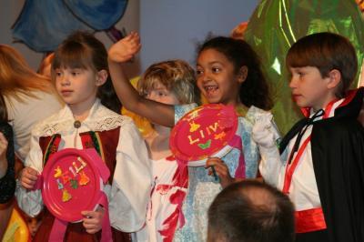 Lapsed Kombumaa laval ootamas esinemise järjekorda. - pics/2008/04/19675_1_t.jpg