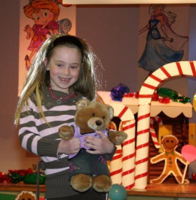 Heili Poolsaar demonstreerimas Hannah Montana inspireeritud kostüümi. - pics/2008/04/19675_2_t.jpg
