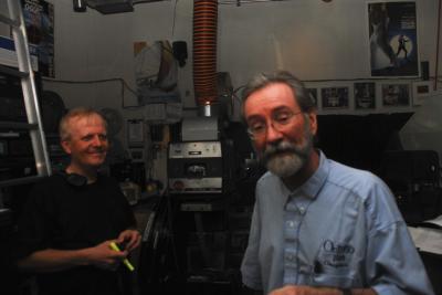 Tehniline nõuandja Allan Eistrat (vasakul) koos Cinesphere filmioperaatoriga. - pics/2008/04/19679_1_t.jpg