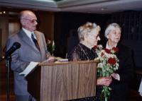 Virulaste Koondise juhatuse liige Õie Kuris õnnitles lilledega kauaaegse esimehe Kalju Tori abikaasat Lydia Tori, kes esitas oma lahkunud abikaasale pühendatud luuletuse. Vasakul Edgar Walk. Foto: H. Oja - pics/2008/05/19818_1_t.jpg