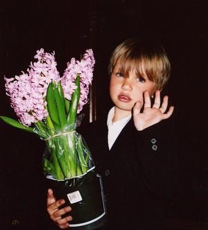 Andrus Käärid andis solistidele lilli. - pics/2008/05/19840_4.jpg