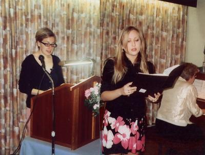 Vas. aktusekõneleja Erika Kivik, paremal Alexandra Isberg laulmas, keda saadab klaveril Marta Kivik. Foto: V. Libe - pics/2008/05/19864_1_t.jpg