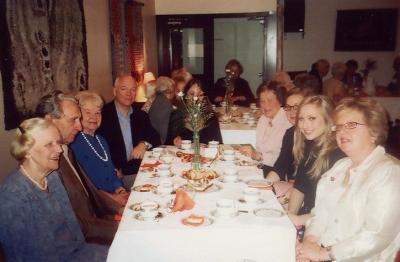 Kohvilauas istuvad lõbusad lauljad. Vas. Vilma ja Joh. Parm, Elna Libe, Ülo Isberg, Valve Isberg (varjatud lillede taga), Aino Müllerbeck, Erika Kivik, Alexandra Isberg, Marta Kivik. Foto: V. Libe - pics/2008/05/19864_2_t.jpg