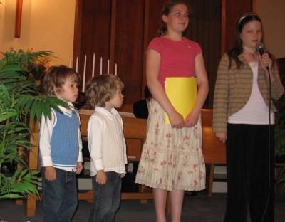 Vas. Jack ja Jonah Hartley, Mikaela Boutilier ja Aili Piil väljendasid armastust oma emadele. - pics/2008/05/19866_3_t.jpg