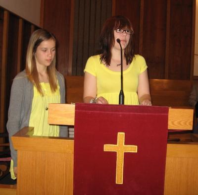 Erika (vas.) ja Victoria Ceneda oma ema tervitamas. - pics/2008/05/19866_4_t.jpg