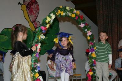Natalie Jenkins astub läbi lõpetajate lillepärja  - pics/2008/05/19872_4_t.jpg