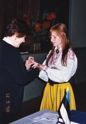 Hõbedase lõpusõrmuse saab kiitusega lõpetaja, keskkooli õpilaste nimel kõnelenud Kaare Naelapea. - pics/2008/05/19873_5_t.jpg