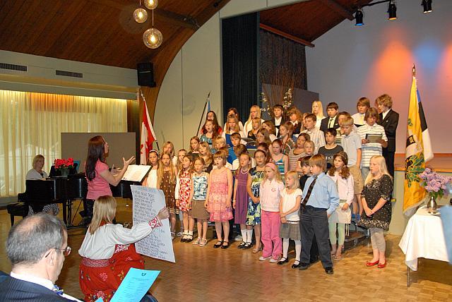 Laulavad algkooli õpilased, juhatab Heli Tenno, klaveril Kaire Hartley. - pics/2008/05/19960_16.jpg