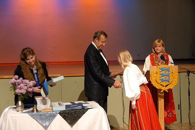 Lõputunnistuse saab kiitusega lõpetaja Mari Timmusk. - pics/2008/05/19960_8.jpg